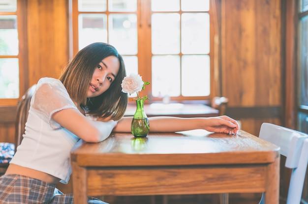 Portraits de femme relaxants dans les cafés