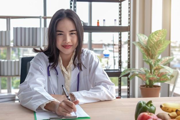 Portraits de femmes médecins enregistrant sur la table