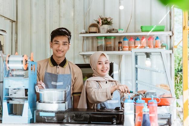 Portraits de jeunes hommes et femmes musulmans faisant frire et bouillir un plat