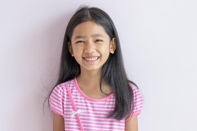 Portraits de mignon enfant d'asie rire de bonheur.