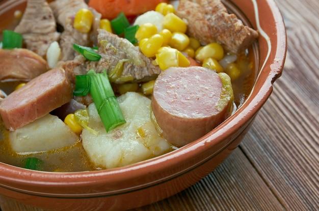 Portugais cozido - ragoût traditionnel de différentes viandes et légumes.cuisine portugaise et espagnole