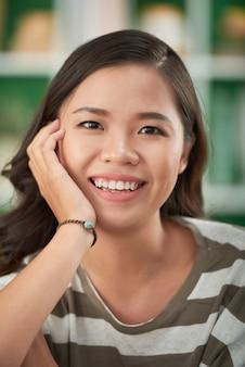 Porytrat d'une jeune femme heureuse et excitée qui passe le week-end à la maison en raison du verrouillage