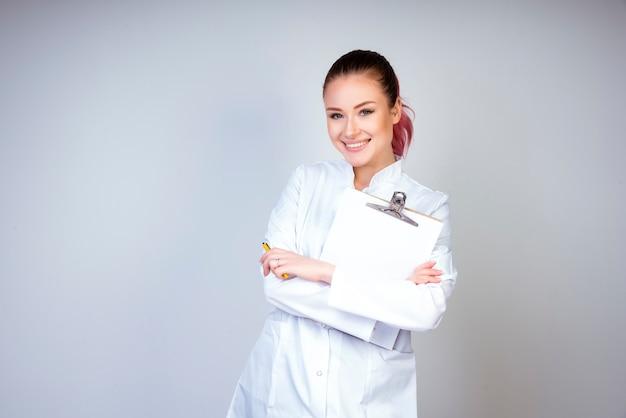 Posant, fille, dans, blanc, docteur, uniforme