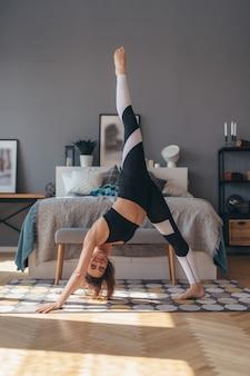 Pose de chien à trois pattes. fit woman doing stretching yoga exercice.