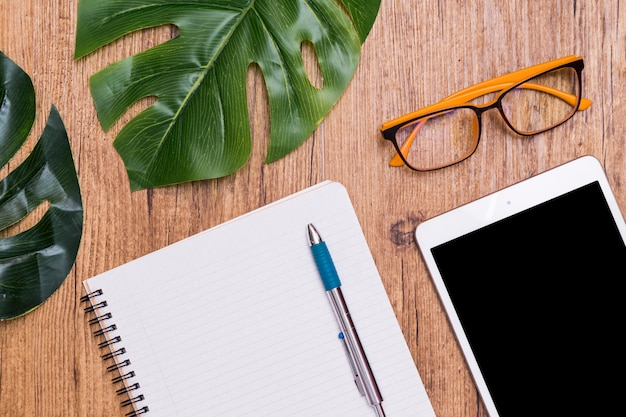 Pose créative de bureau de travail sur une table en bois avec tablette
