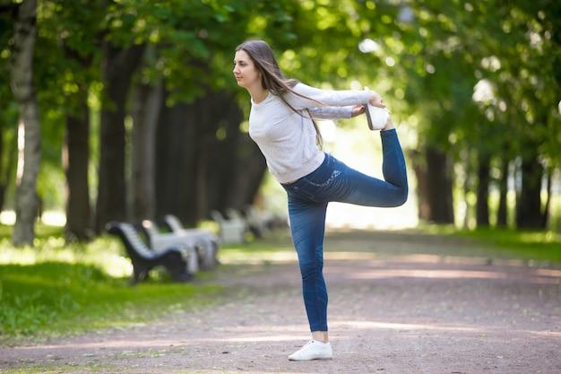 Pose du seigneur de la danse dans l'allée du parc