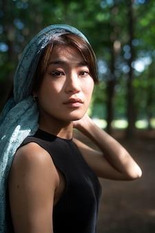 Pose de femme japonaise de coup moyen