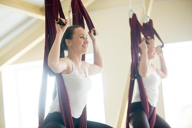 Pose de papillons au yoga dans un hamac