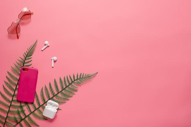 Pose à plat avec accessoires pour téléphone et lunettes de soleil lunettes de soleil roses en forme de cœur et accessoires pour téléphone av...