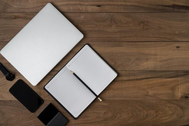 Pose à plat de l'objet technologique sur la table avec ordinateur portable ordinateur portable, sauvegarde de disque dur et disque dur.