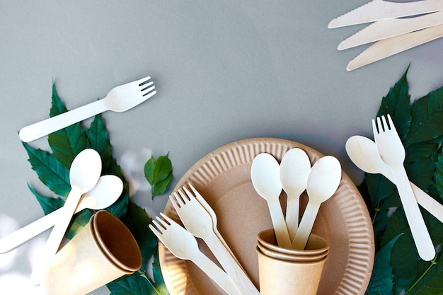 Pose à plat de papier artisanal écologique et de vaisselle en bois, zéro déchet, vie sans plastique et respectueuse de l'environnement, gobelets en papier, vaisselle, assiettes et couverts en bois recyclage ou concept écologique
