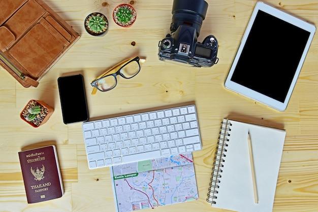 Pose plate d'accessoires sur un bureau en bois
