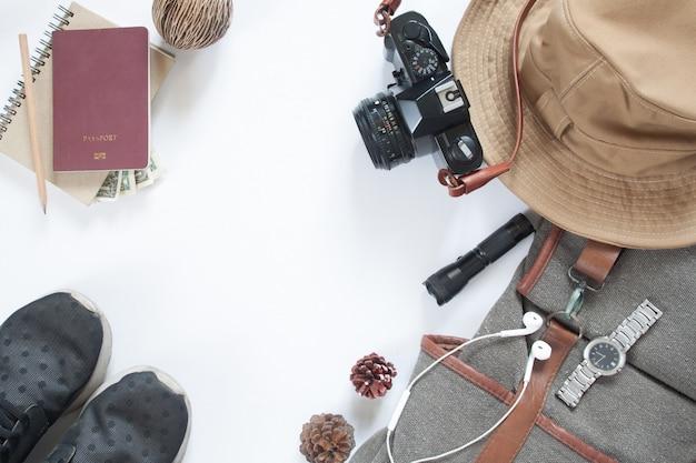 Pose plate d'accessoires de voyage avec caméra et passeport isolé sur fond blanc