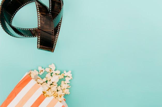 Pose plate d'éléments de cinéma avec fond