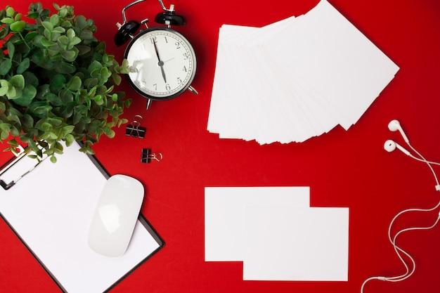 Pose plate de fournitures de l'espace de travail sur le rouge