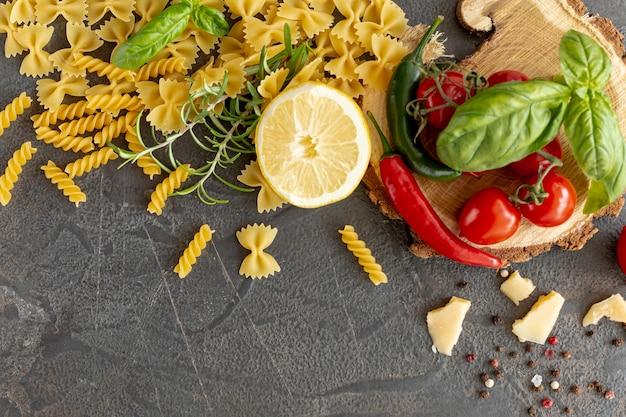 Pose plate d'ingrédients méditerranéens et de pâtes
