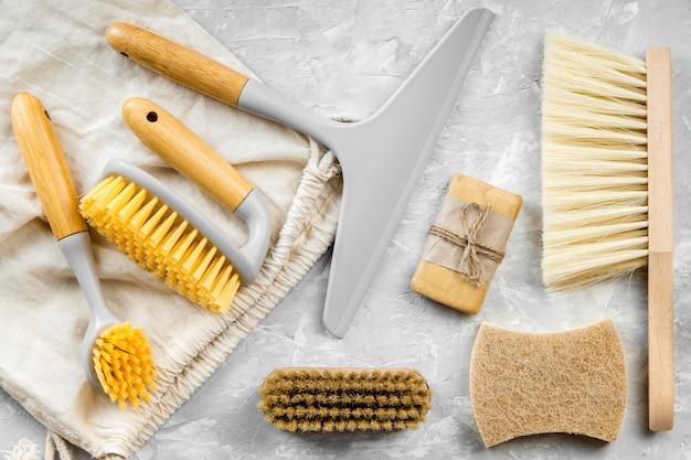 Pose plate de produits de nettoyage écologiques avec assortiment de brosses