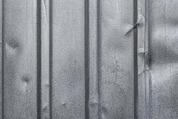 Pose plate de la surface métallique avec des arêtes