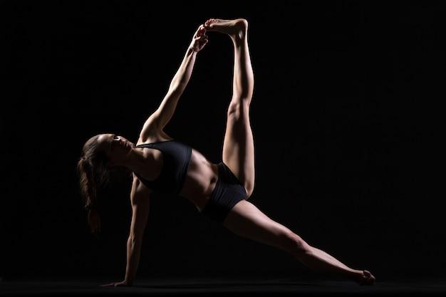 Pose de yoga au bord de la planche