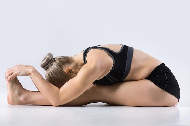 Pose de yoga bend en avant assise