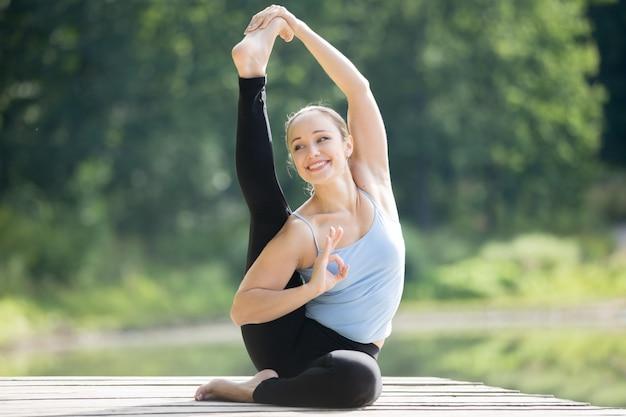 Pose de yoga de cadran solaire