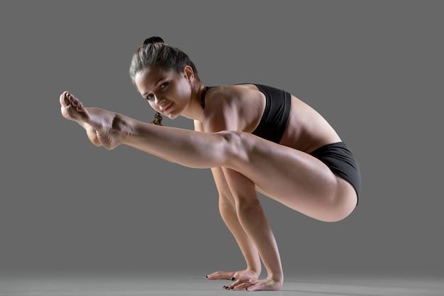 Pose de yoga de tittibhasana