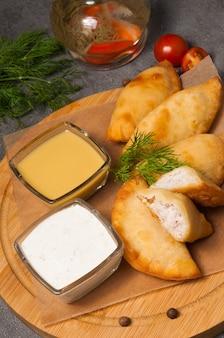 Posekunchiki - petites tartes à la viande, avec vinaigrette à la moutarde et crème sure