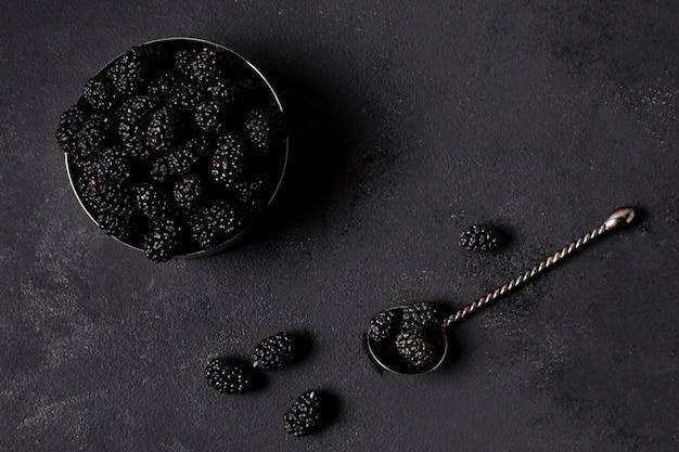 Poser de délicieux mûres dans un bol minimaliste