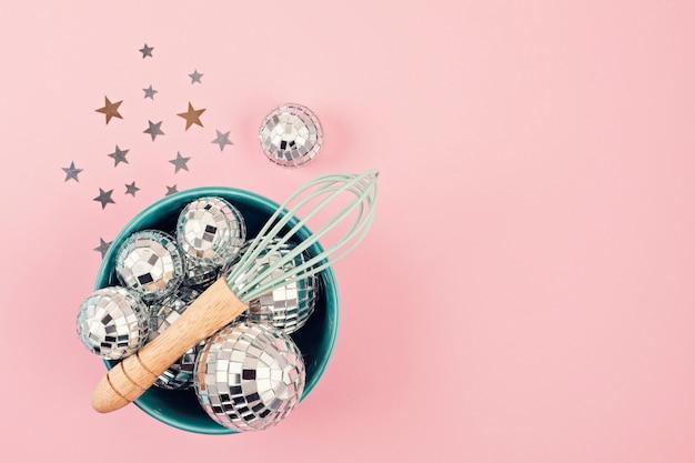 Poser à plat avec des boules disco dans le bol avec un fouet.