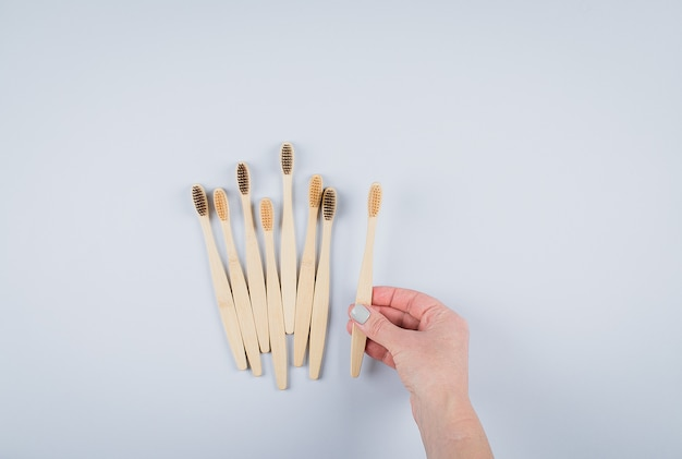 Poser à plat avec des brosses à dents en bambou