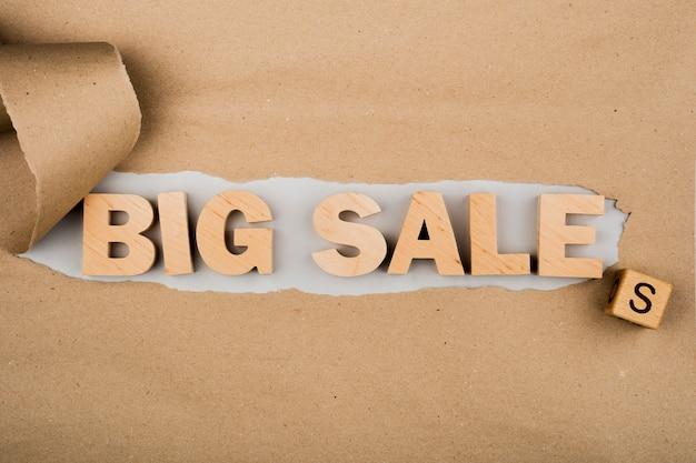 Poser à plat du mot grande vente sur papier kraft
