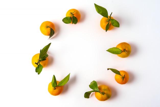 Poser à plat la mandarine d'agrumes frais crus isolé sur blanc.