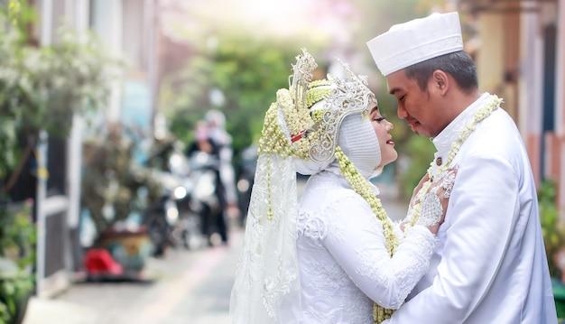 Poses romantiques de la mariée et du marié le jour de leur mariage