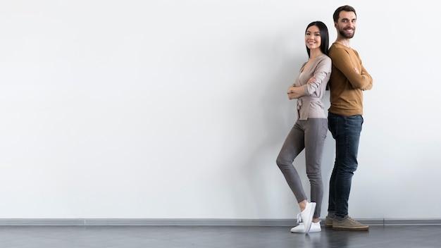 Positif mâle et femme adulte posant avec copie espace