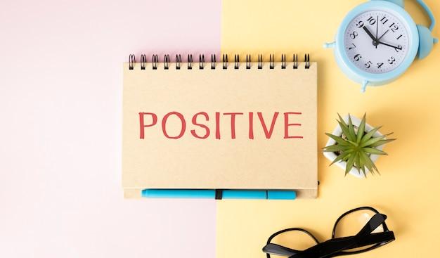 Positif, mot sur ordinateur portable