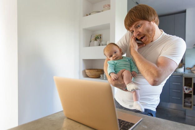 Positif surpris nouveau papa tenant bébé