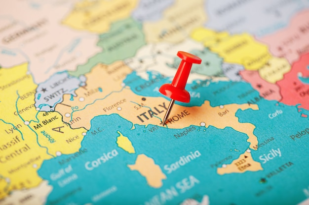 La position de la destination sur la carte de l'italie est indiquée par une punaise rouge.