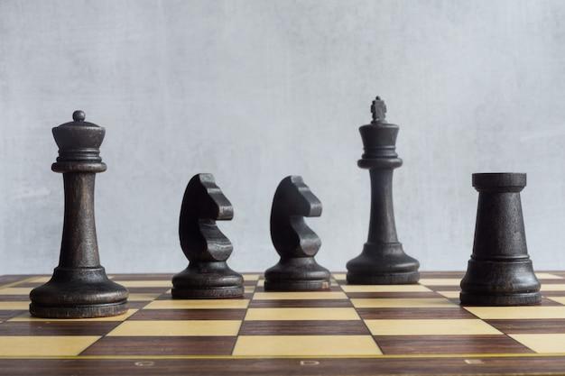 Une position de figures d'échecs noires sur l'échiquier