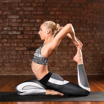 Position de gymnastique complète femme
