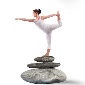 Position pilates sur rocher