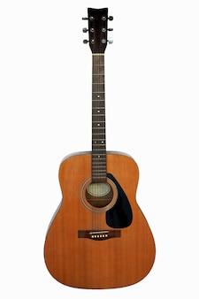 La position verticale de la guitare acoustique isolé sur fond blanc