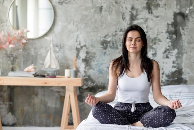 Positive jeune femme appréciant la routine du matin