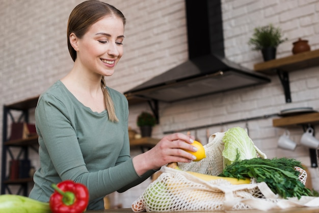 Positive jeune femme fière des légumes biologiques