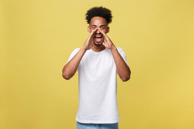 Positive jeune homme noir, étudiant, employé travailleur crie bouche grande ouverte