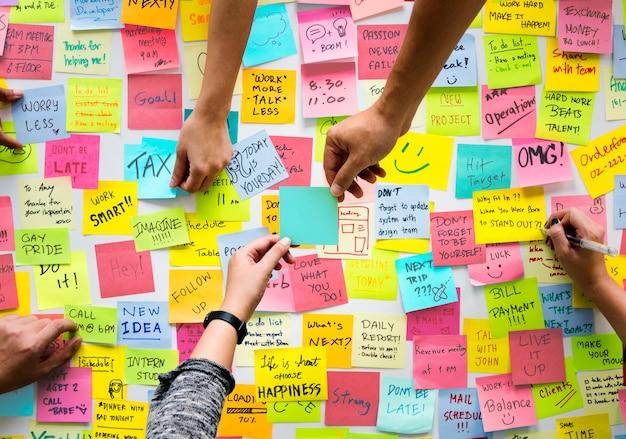 Post-it notes avec des messages et des rappels