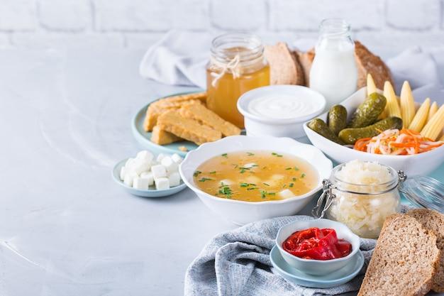 Postbiotiques - métabolites et composants de la paroi cellulaire des probiotiques, aliments fonctionnels. tempeh, kombucha, choucroute, cornichons, kéfir, yaourt, soupe miso, fromage à pâte molle, pain au levain