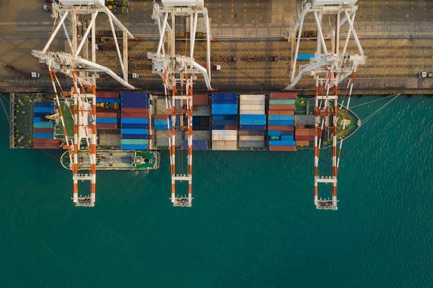 Poste de fret maritime international pour entreprises industrielles par grands conteneurs cargo expédiés au-dessus de la vue depuis la caméra drone