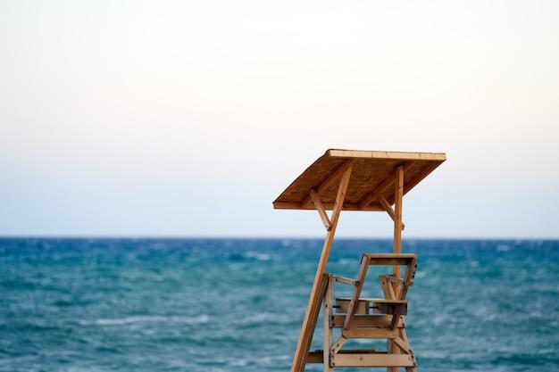 Poste de surveillance de sauveteur avec la mer en arrière-plan