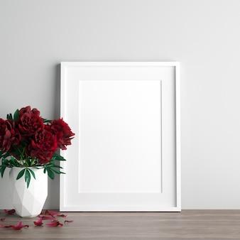 Poster maquette avec des fleurs roses rouges dans un vase blanc