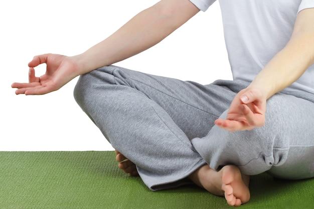 Posture de méditation de yoga. jeune homme pratiquant le yoga